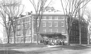 Currier Hall and residents, 1914